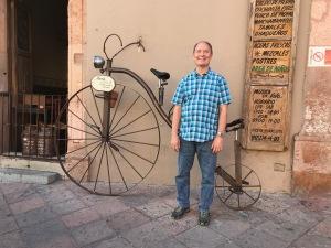 Lyn outside Marie y su bici Querétaro